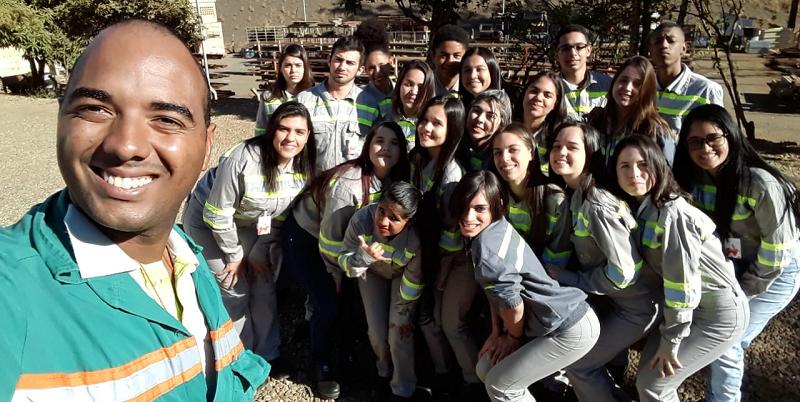Alanderson Lima, prestador de serviço da CMOC Brasil e educador voluntário do Formare visita operação e mina da Niobras acompanhados pelos alunos do Formare.