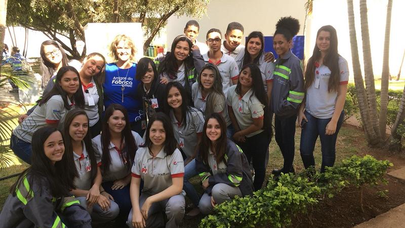 Soraia Aidar (Educadora Voluntária) com alunos do Formare após término da palestra ministrada por ela sobre Organização Empresarial.
