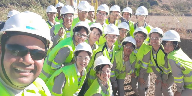Alunos do Formare em visita à mina de nióbio ao lado do Educador Voluntário Wagner Veras, que ministra a disciplina de Meio Ambientel