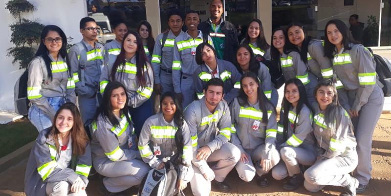 Alanderson Silva Lima, prestador de serviço da CMOC Brasil e educador voluntário do Formare visita operação e mina da Niobras acompanhados pelos alunos do Formare.