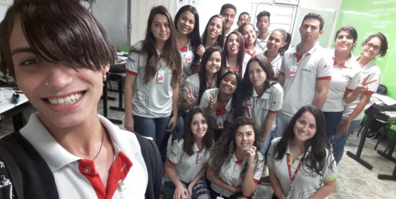 Larissa Neiva com alunos do Formare na aula de Apoio Administrativo.