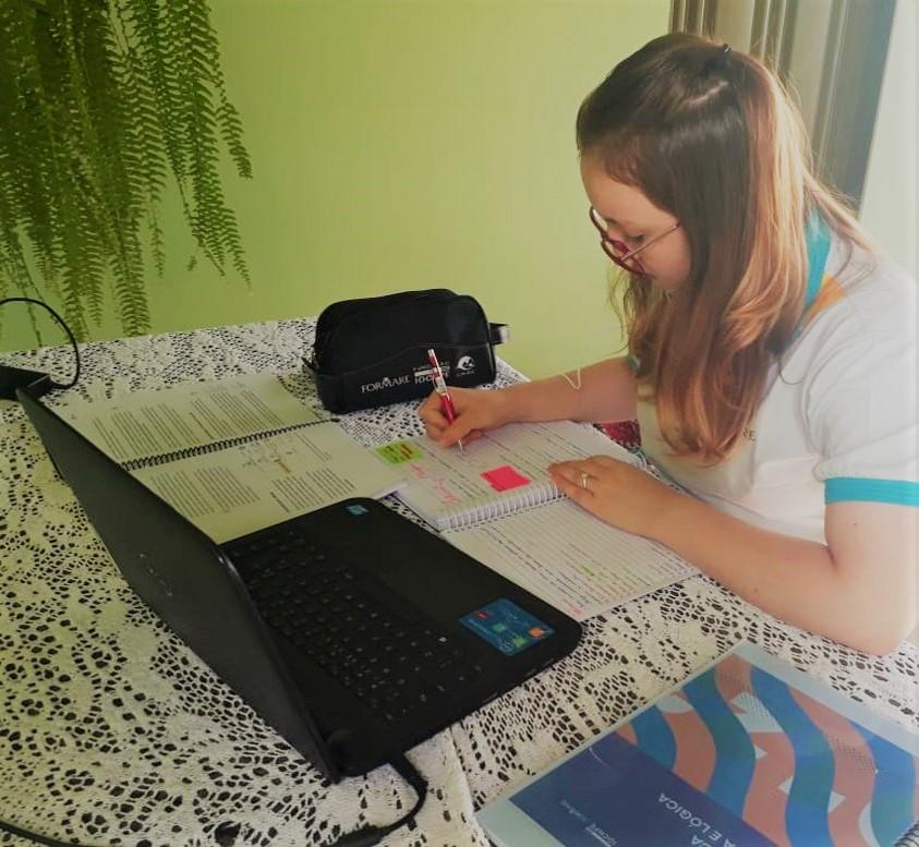 Nycolly Graeff, estudante do Formare 2020 durante as aulas online